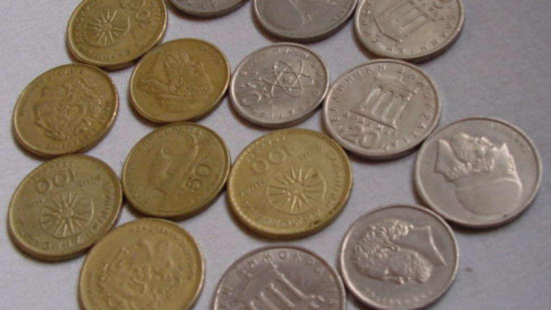Die griechische Drachme galt von 1831 bis 2001. Sie war das offizielle Zahlungsmittel in Griechenland. Der Name ist bereits seit der Antike geläufig und bezeichnete schon damals eine Gewichts- und Münzeinheit aus Silber. Ihre Untereinheit war das Lepto, 100 davon ergaben eine Drachme. Umgerechnet wäre heutzutage ein Euro circa 340 griechische Drachmen wert.