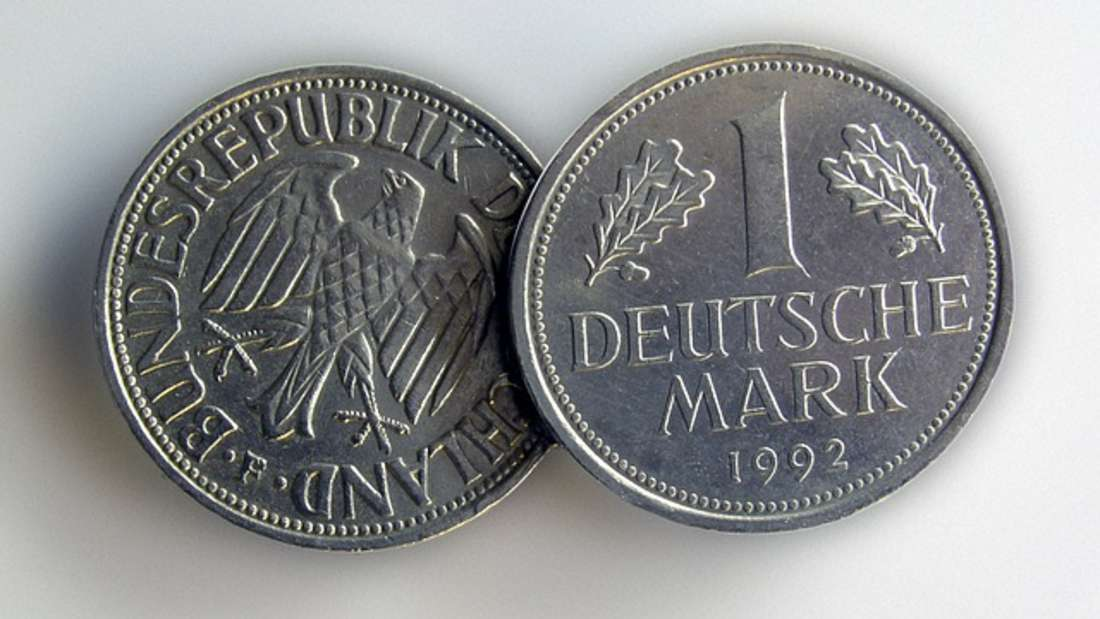 Die Deutsche Mark, auch DM oder D-Mark genannt, war als Bargeld von 1948 bis Ende 2001 die offizielle Währung der Bundesrepublik Deutschlands. Eine Deutsche Mark war wiederum unterteilt in einhundert Pfennig. Neben Münzengab es sieauch in fünf- bis tausend-DM-Scheinen. Noch heute sollen Milliarden D-Mark im Umlauf sein. Ein Euro soll heutzutage zwei DM wert sein.
