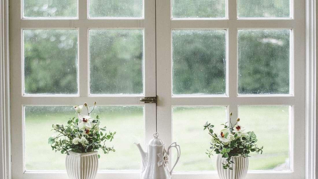 Wie sieht es mit Ihren Tür- und Fensterrahmen aus? Auch die brauchen eine regelmäßige Pflege.