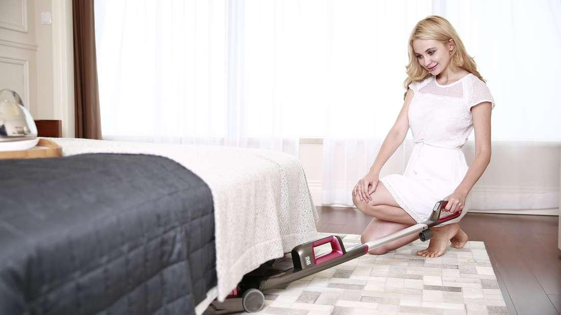 Normalerweise wird unter dem Bett gleich mit gewischt, wenn man das Zimmer sauber macht. Es gibt aber sicherlich auch Faulpelze,die das für unnötig halten- weil man den Staub dort nicht so gut sieht.