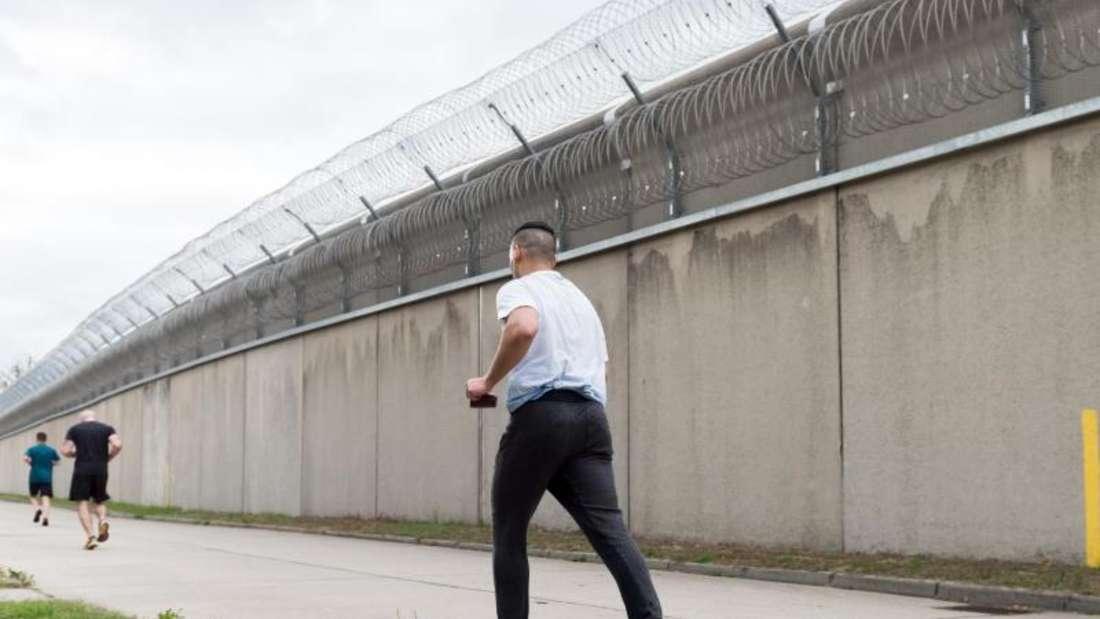 Laufstrecke hinter Gefängnismauern - trotzdem verschafft der Sport einen freien Kopf. Foto: Alexander Heinl/dpa-tmn