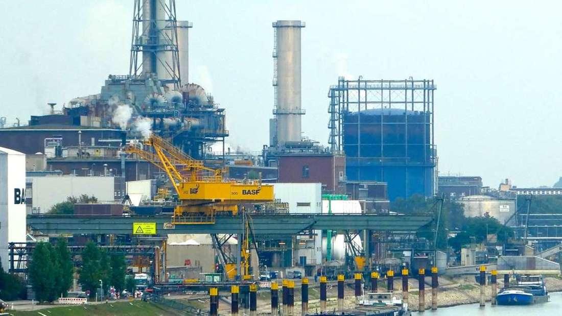 Ein Leck führt zum Brand einer giftigen Flüssigkeit auf dem Gelände der BASF.