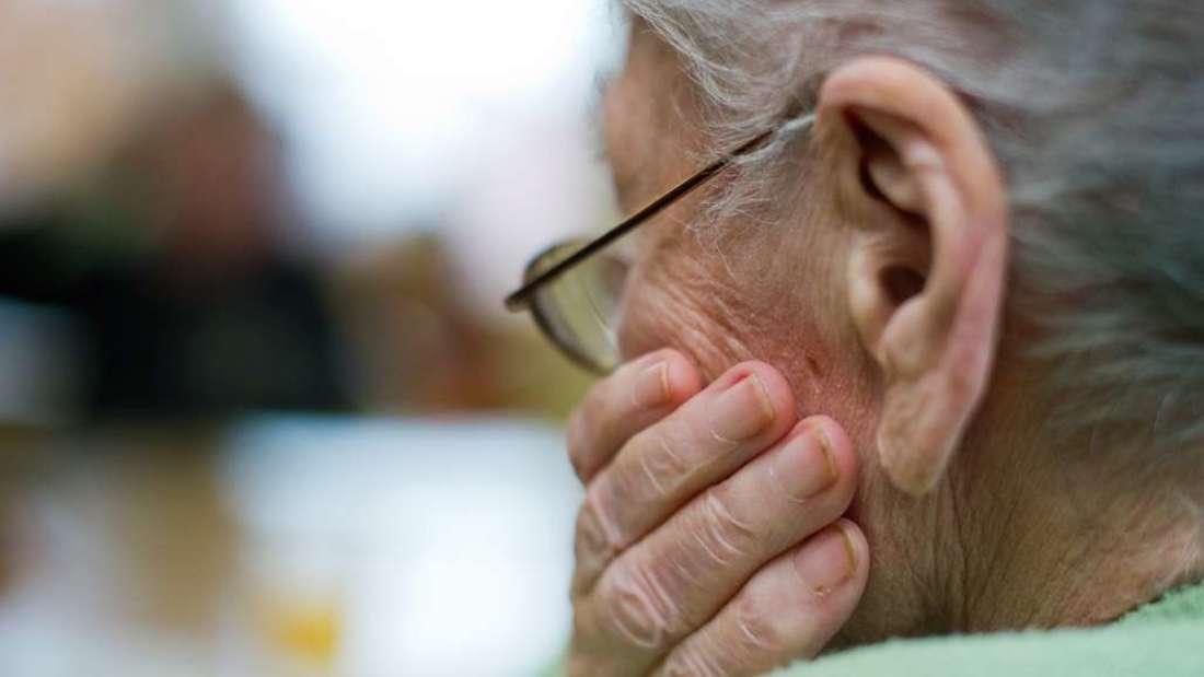 Das Vertrauen eines Rentners wird missbraucht: Ein falscher Handwerker klaut ihm Schmuck im Wert von 15.000 Euro. (Symbolbild)