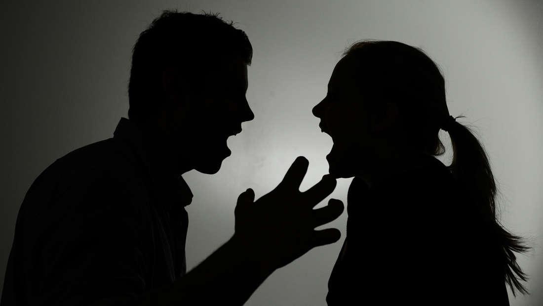 Bei einem Streit rammt eine 24-Jährige ihrem Freund ein Messer in den Oberschenkel. (s´Symbolbild)