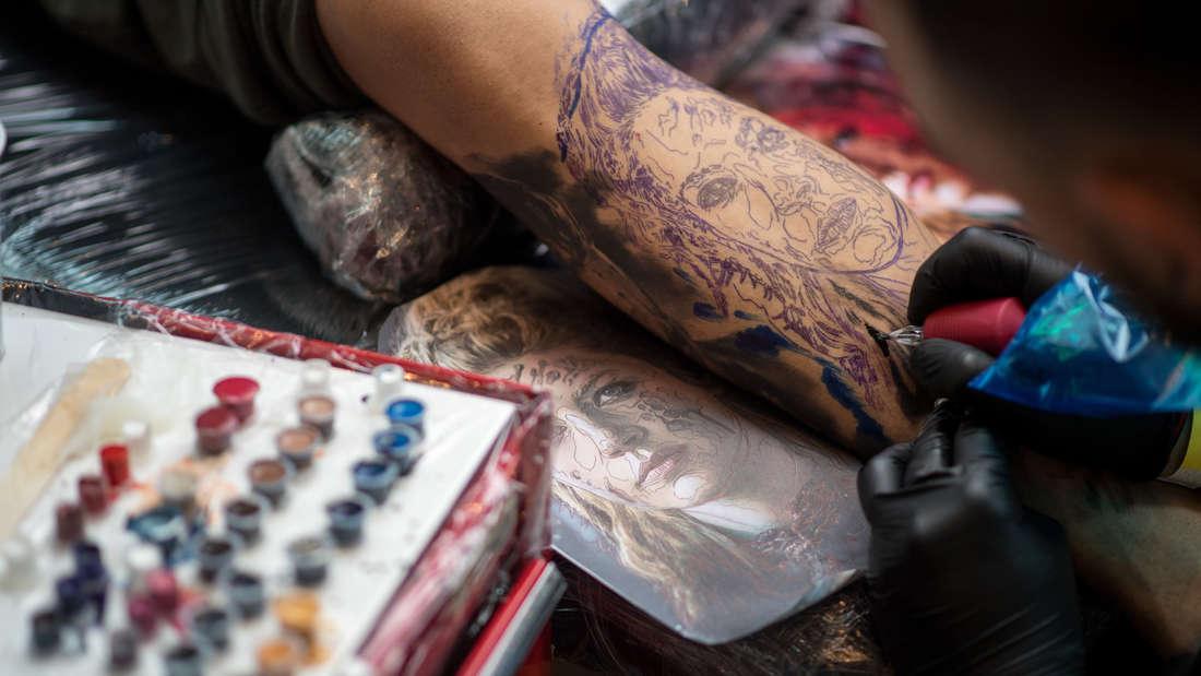 Das Tattoo-Verbot für Polizisten in Rheinland-Pfalz befindet sich derzeit auf dem Prüfstand. (Symbolbild)