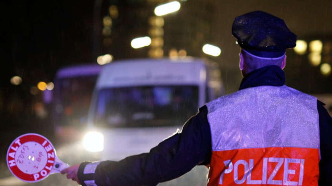 Einen Autofahrer (19) mit 1,65 Promille zieht die Polizei in der Pfalz aus dem Verkehr. (Symbolfoto)