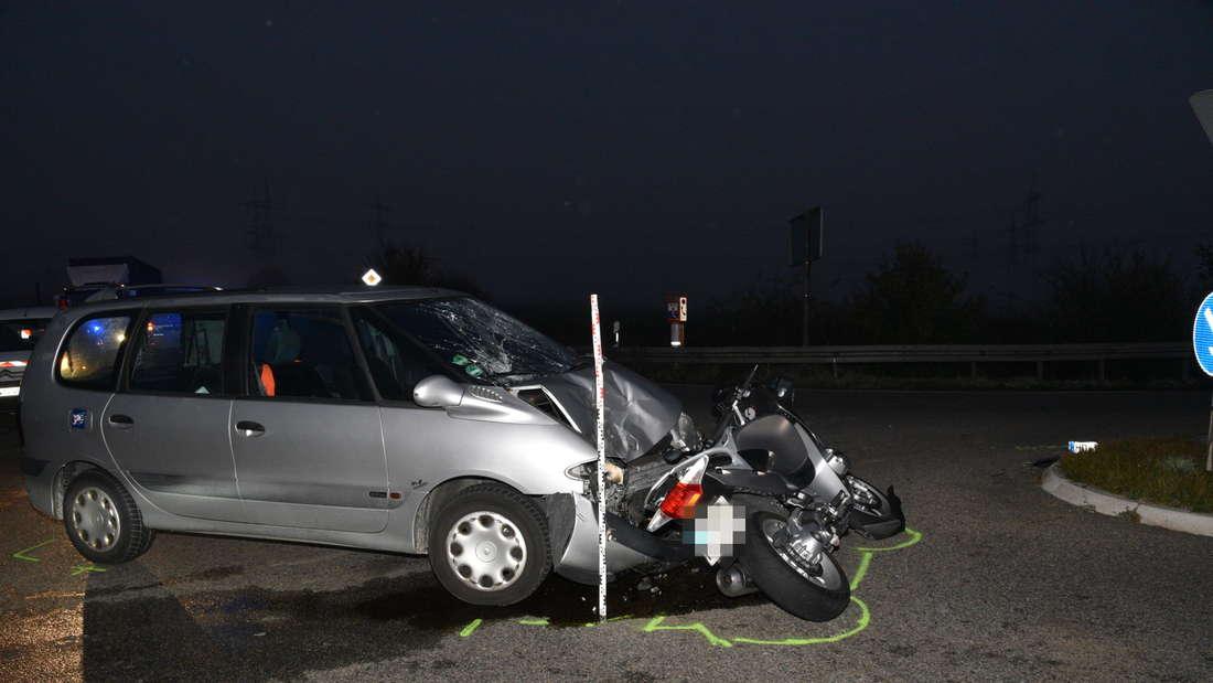 Beim Linksabbiegen auf der L541 übersieht ein Autofahrer ein entgegenkommendes Motorrad. Der Biker wird schwer verletzt.