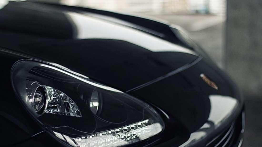 Autoscheinwerfererstrahlen mit Whitening-Zahncreme in neuem Licht.