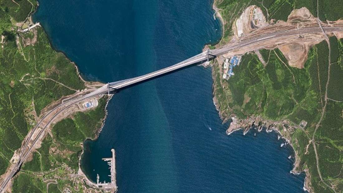 Über Jahrtausende konnte die Meeresenge des Bosporus ausschließlich mit Schiffen überwunden werden, ein Umstand, der vor allem die Stadt Istanbul in ihrer Entwicklung hemmte. Im Jahr 1973 wurde eine erste Hängebrücke über den Bosporus eröffnet. Mittlerweile existieren drei Brücken, deren letzte als eine der größten Hängebrücken der Welt im Jahr 2016 bei Poyraz nahe der nördlichen Einfahrt in den Bosporus eröffnet wurde. Zusätzliche Verkehrsverbindungen sind seit 2013 durch einen Eisenbahntunnel und seit 2016 durch einen Straßentunnel gegeben.