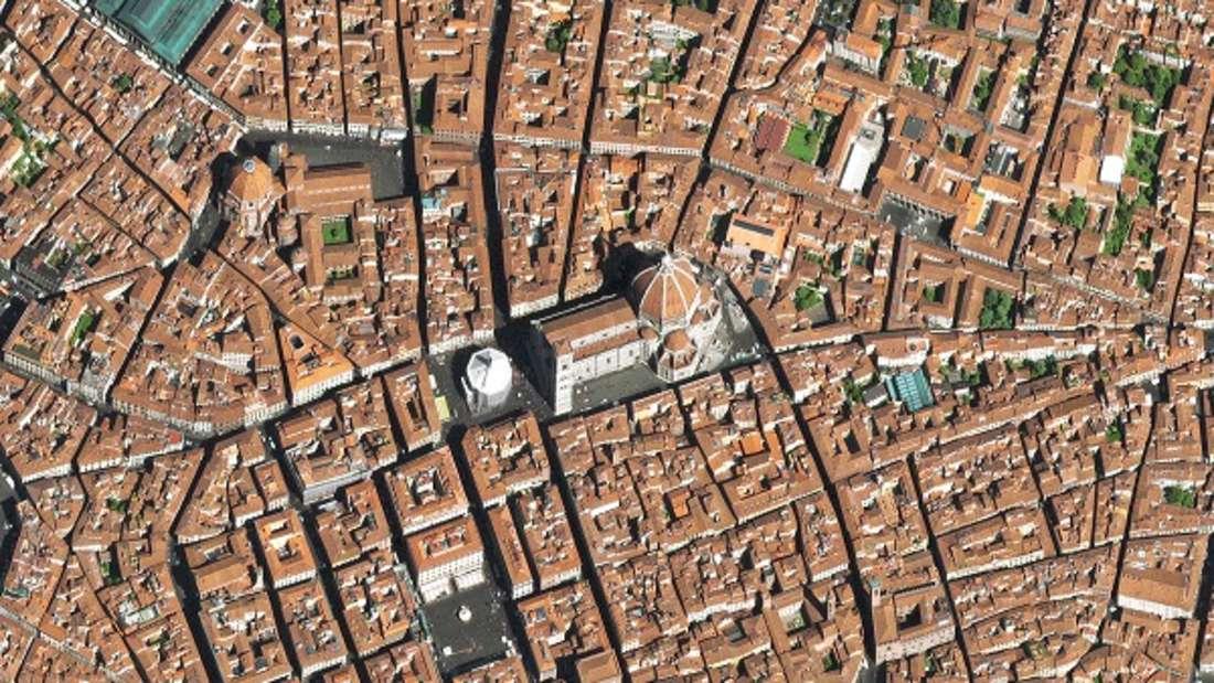Unter der Herrschaft der Medici wurde Florenz zur Wiege der Renaissance, in der Persönlichkeiten der europäischen Kulturgeschichte wie Petrarca, Dante, Leonardo da Vinci, Machiavelli und Boccaccio wirkten. Kurzzeitig war Florenz sogar Hauptstadt des Königreichs Italien. Heute ist die Altstadt mit Bauwerken wie dem Dom, den Uffizien, dem Ponte Vecchio und dem Palazzo Vecchio Ziel zahlreicher Touristen.