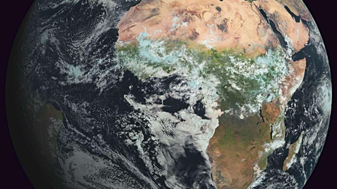 Auch aus einer Entfernung von 36.000 Kilometern, in der die Aufnahme des Wettersatelliten Meteosat gemacht wurde, sind einige der Eigenschaften des Kontinents gut zu erkennen: Das kleine Europa liegt fern vom Äquator im Norden und ist als Folge des Niederschlagsreichtums vergleichsweise grün. Auch die stark gegliederten Küstenlinien des Mittelmeers und der Ostsee sind gut zu sehen.