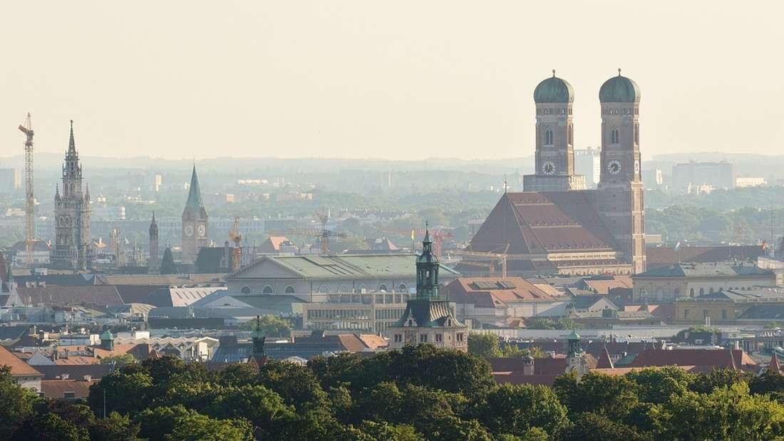 """München: Frauenkirche, Oktoberfest, Isar und Biergärten - München besticht mit so einigen """"Schmankerln""""."""