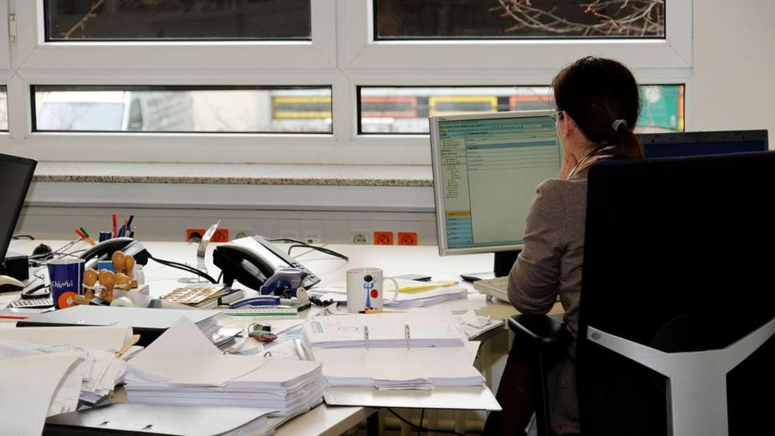 Platz 3: Vorstandssekretär/-in - Einstiegsgehalt: 3.000-5.000 Euro brutto. In diesem Beruf muss man sich hocharbeiten. Einige Jahre Berufserfahrung als Sekretär-/in bzw. Assistent/-in und Weiterbildungen helfen, aufzusteigen. Eine spezielle Ausbildung gibt es in diesem Bereich nicht, Arbeitgeber fordern meist eine abgeschlossene kaufmännische Ausbildung.