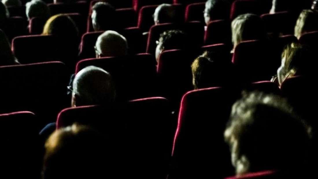 Mit der App «RunPee.» wissen Kinobesucher, wann sie eine Pinkelpause wagen können, ohne wichtige Filmszenen zu verpassen. Foto: Nicolas Armer/dpa