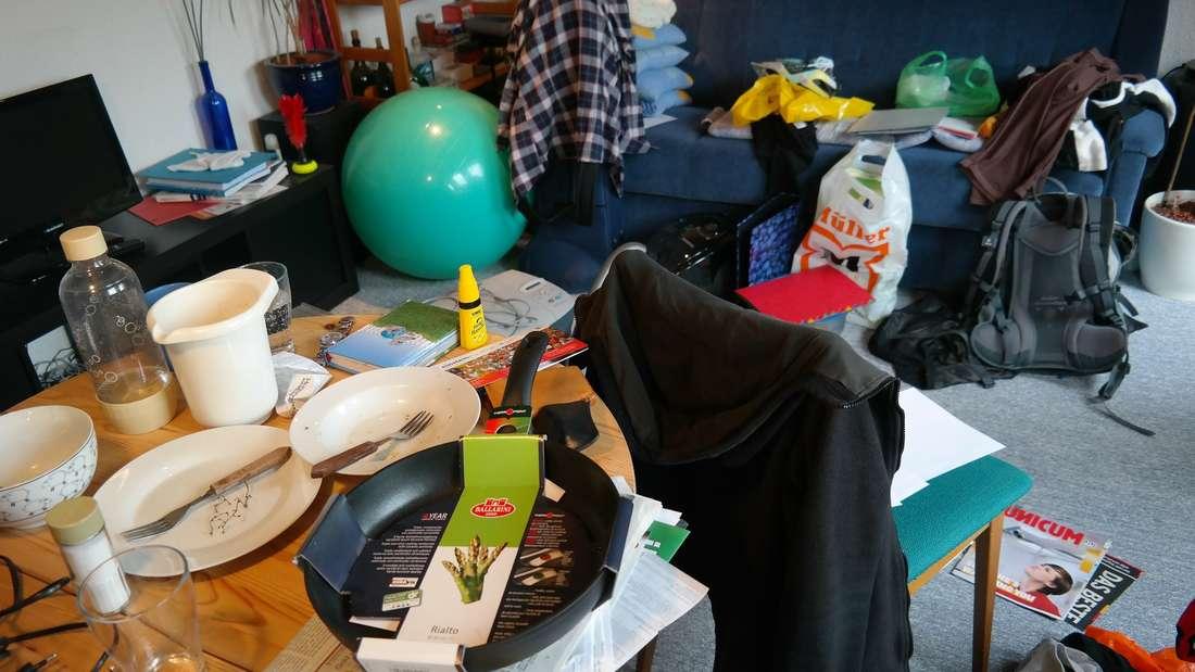 Unordnung ist natürlich der größte Stimmungskiller in der Wohnung - dabei muss es nicht einmal ein offensichtliches Chaos sein. Schon ein Schreibtisch, an dem Akten und Papiere wild durcheinander gestapelt liegen, sorgt für Unruhe. Deshalb: sofort wegräumen, was nicht unbedingt gebraucht wird und nicht alles auf später verschieben.