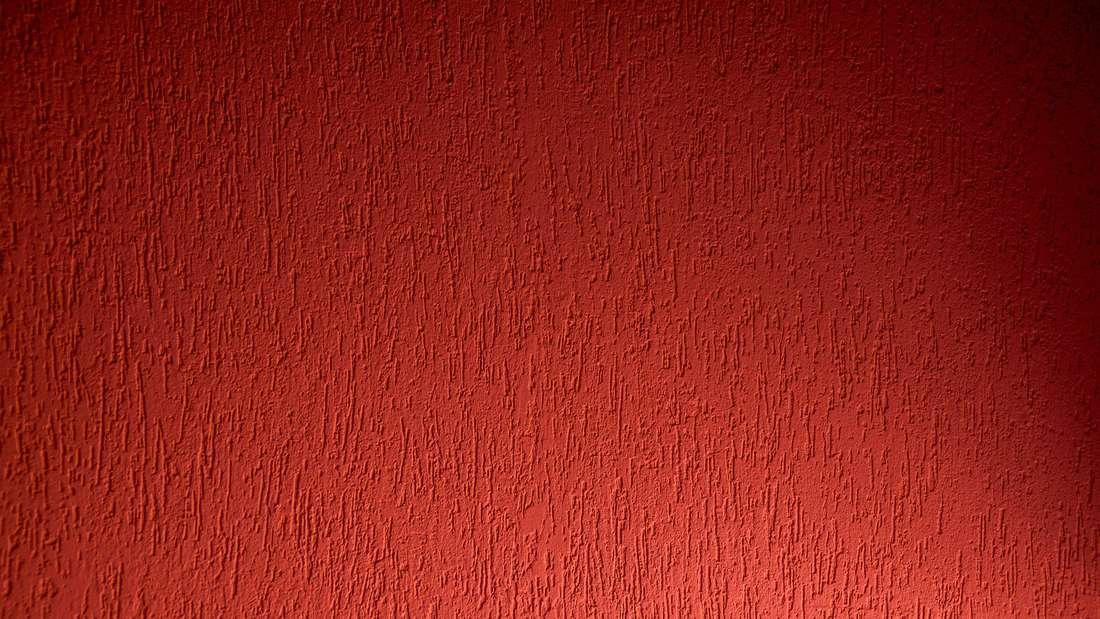 Auch Farben beeinflussen unbewusst unsere Laune. Grelles Rot macht zum Beispiel aggressiv und rein weiße Wände wirken hart und erinnern an Krankenhäuser. Nehmen Sie stattdessen Farbnuancen, wie ein Weinrot oder kombinieren Sie grellere Farben mit weicheren Tönen.