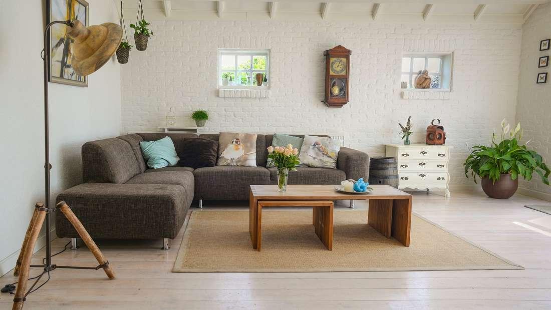 Schieben Sie Möbel wie Sofas nicht direkt an die Wand: In lockeren Arrangements wirken Couch und Sessel viel gemütlicher und einladender. Außerdem lässt sich so leichter hinter den Möbeln putzen.