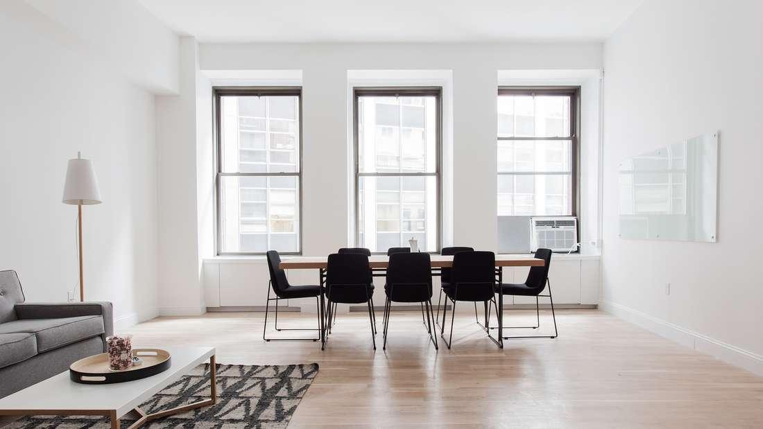 Kahle Fenster lassen zwar viel Licht in die Wohnung, wirken aber auch steril und lassen das Zimmer unfertig wirken. Mit den richtigen Vorhängen wirkt ein Raum warm und einladend.