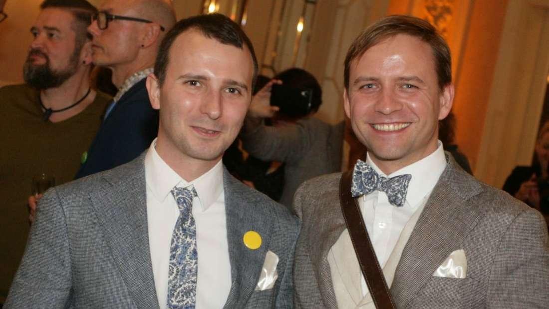 44 schwule und lesbische Paare geben sich das Ja-Wort.