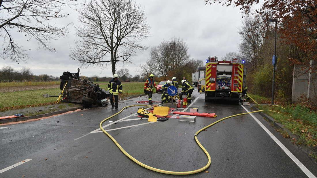 Die Frau muss von der Feuerwehr aus ihrem Wagen geschnitten werden.