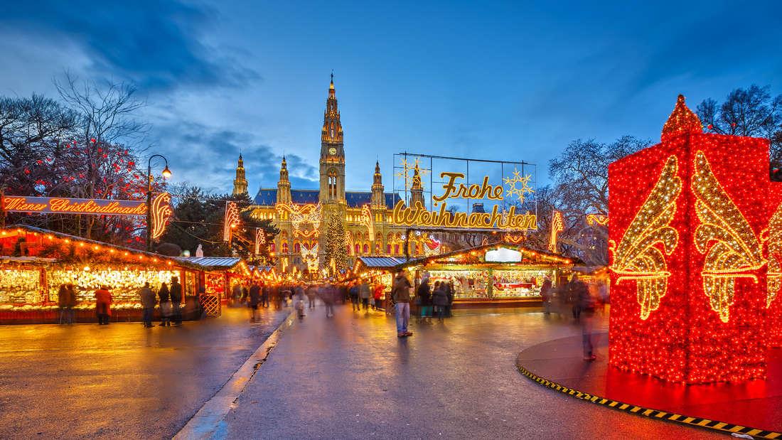 Kunsthandwerk und kulinarische Köstlichkeiten gibt es auf dem Weihnachtsmarkt am Wiener Rathausplatz.