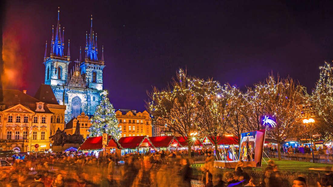 Geröstete Esskastanien und gekochte Maiskolben gibt es auf dem Weihnachtsmarkt in Prag.