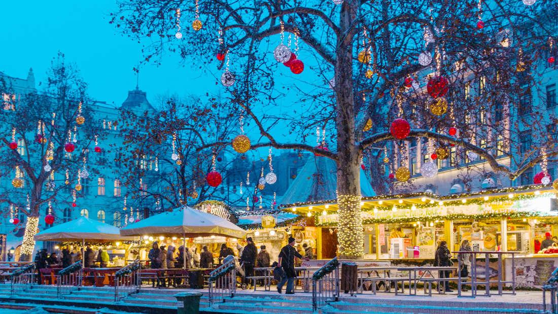 Selbstgemachten Glühwein und gegrilltes Eisbein gibt es auf dem Weihnachtsmarkt in Budapest.