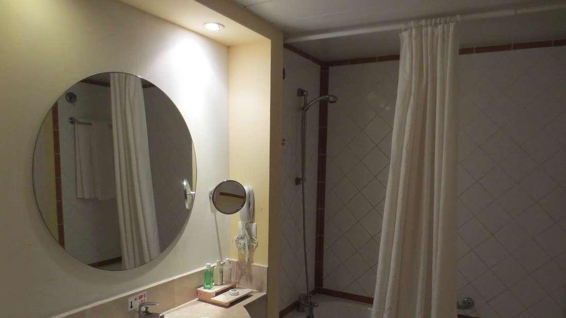 Wer Kalkablagerungen am Duschvorhang vermeiden will, sollte ihn vierteljährlich waschen. Im Normalfall finden Sie die Waschtemperatur auf einer angenähten Waschanleitung. Ansonsten bei 30 Grad ohne Schleudergang. Zum Trocknen hängen Sie den Vorhang einfach wieder in der Dusche auf.
