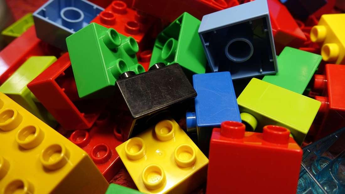 Legosteine müssen im Kinderzimmer so einiges mitmachen. Die gute Nachricht: Sie lassen sich genauso wie die Tastaturklötzchen bei 30 Grad im Schonwaschgang und in einem Beutel waschen.