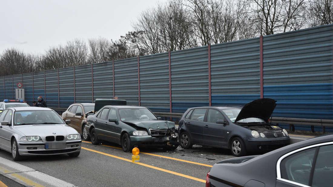 Vier Autos krachen am Sonntagmorgen auf der A6 ineinander.