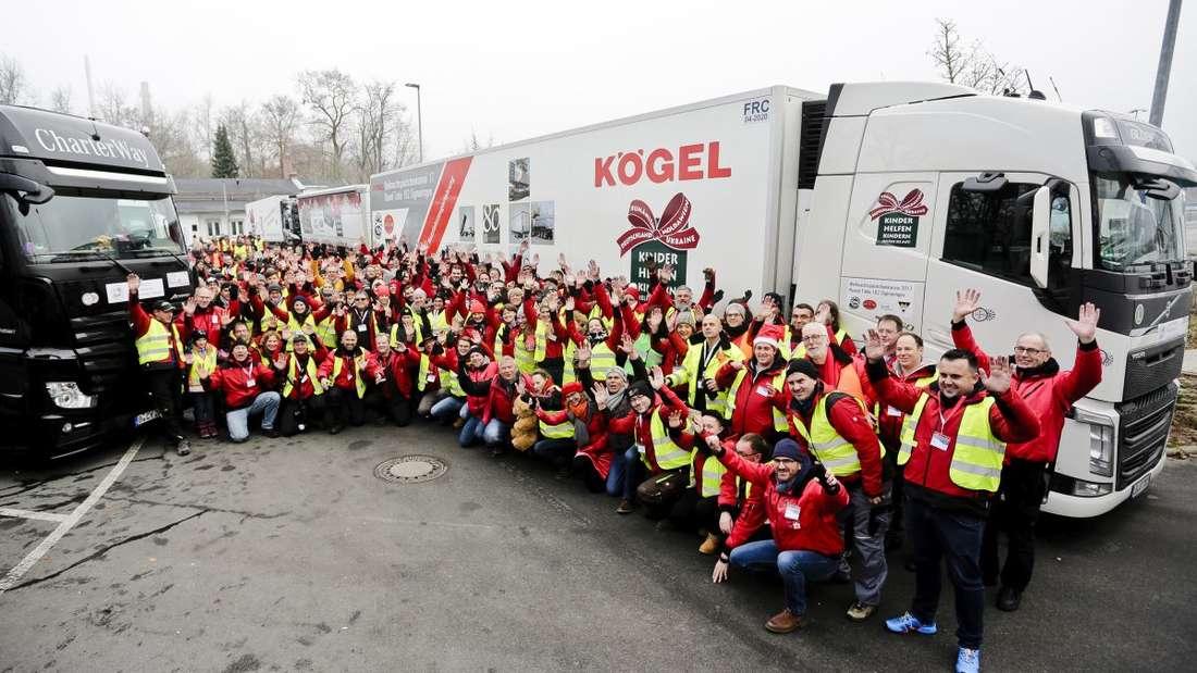 Eine Gruppe von 236 Helfern bringt die Geschenke mit dem Weihnachtspäckchen-Konvoi nach Osteuropa.