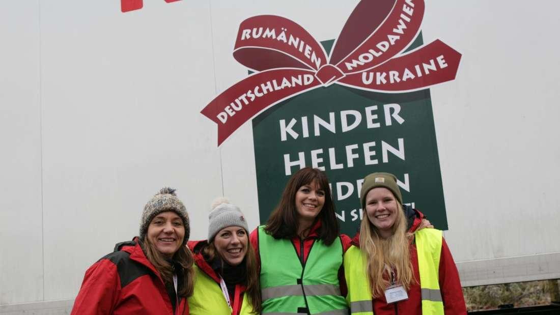 Der Weihnachtspäckchen-Konvoi startet in Hanau, um die Geschenke nach Osteuropa zu bringen.