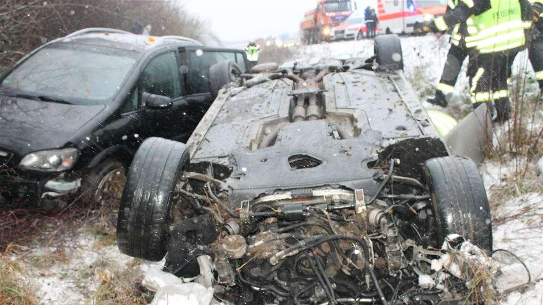 Beide Fahrzeuge - der BMW und der Opel - landen im Straßengraben.
