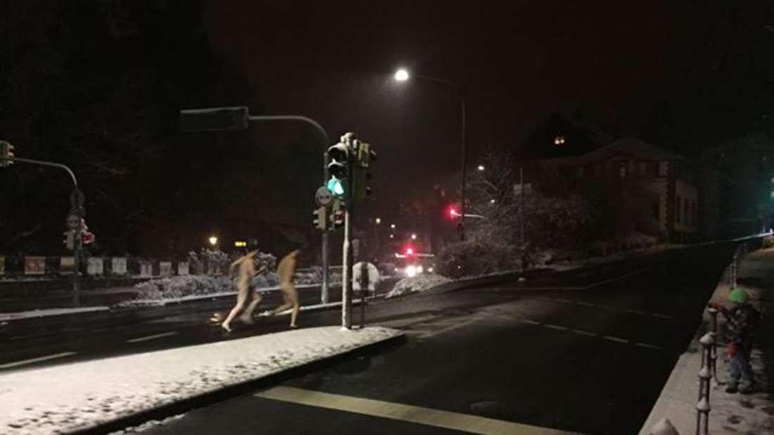 Zwei Männer flitzen am Sonntagabend nackt über die Friedrich-Ebert-Anlage
