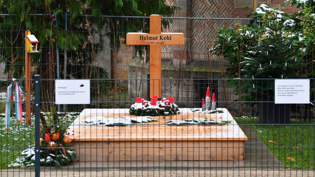 Das Grab von Altkanzler Helmut Kohl in Speyer ist für die Weihnachtszeit hergerichtet.