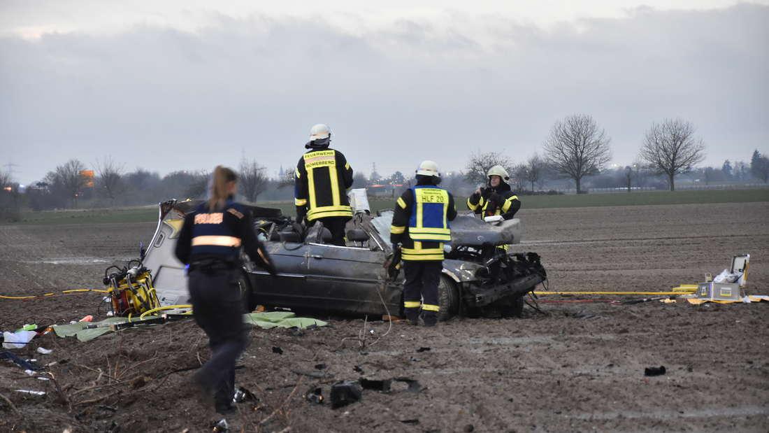 Der Fahrer eines BMW landet bei einem Überholversuch im Graben und wird schwer verletzt.