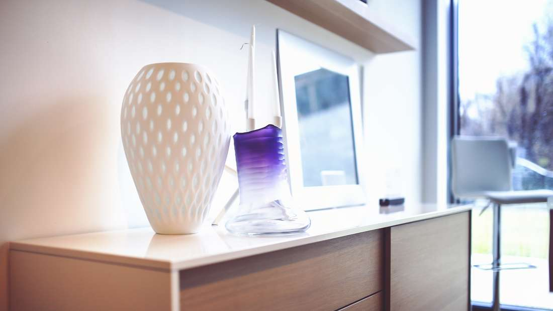 Doch nicht nur kleine Dinge werden heimlich entsorgt: Bei 17 Prozent gehen die Meinungen über größere Deko-Gegenstände wie Vasen oder Kunstobjekte auseinander und das ein oder andere Teil verschwindet unauffällig.