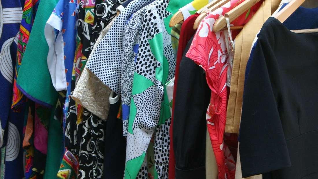 Ob altmodische Hemden, einzelne Socken oder unvorteilhafte Kleider – jeder erinnert sich sicherlich an ein Kleidungsstück seines Partners oder Mitbewohners, das er gern entsorgen würde – fast die Hälfte, nämlich 43 Prozent der Deutschen, haben das tatsächlich auch schon einmal gemacht.