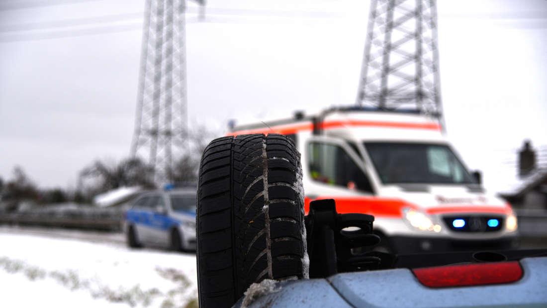 Der Ford Fusion rutscht auf schneeglatter Fahrbahn von der L597.