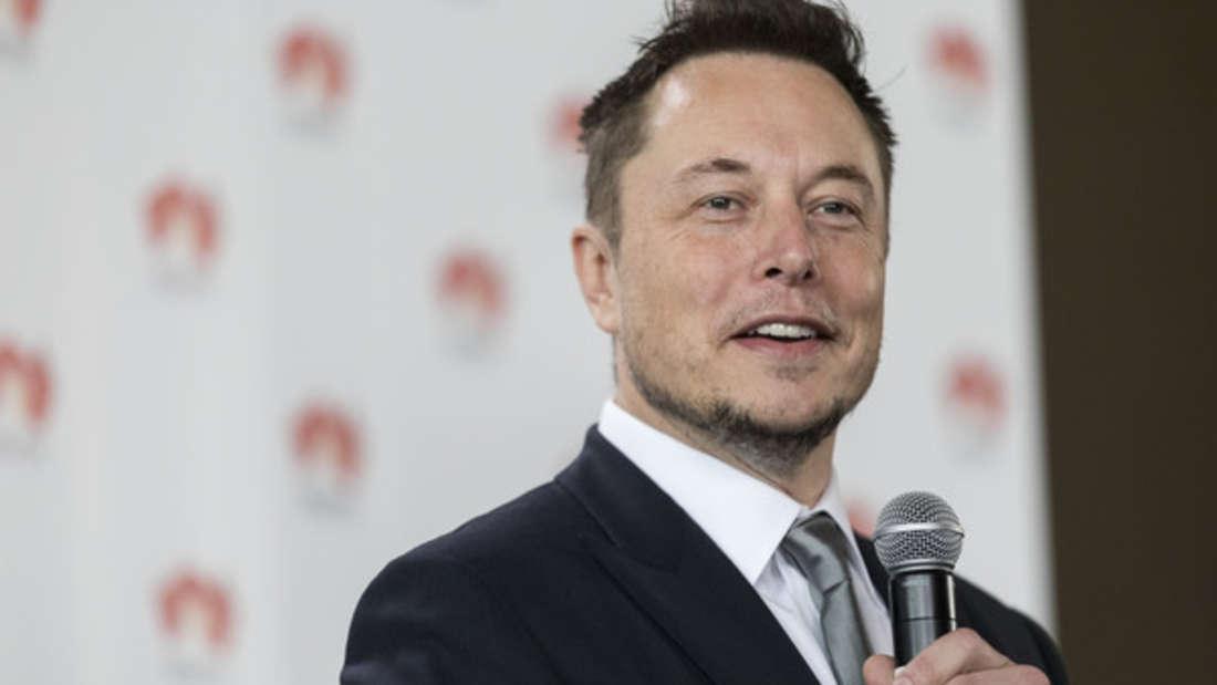 """Tesla-Gründer und SpaceX-Chef Elon Musk hat sich bis jetzt überraschend bedeckt gezeigt, wenn die Sprache auf die Kryptowährung kommt. Zudem streitet er etwaige Gerüchte ab, der Erfinder des Bitcoin zu sein. Stattdessen tweetete er: """"Ein Freund hat mir vor Jahren mal den Bruchteil eines Bitcoins gesendet, aber ich weiß nicht, wo der ist."""""""