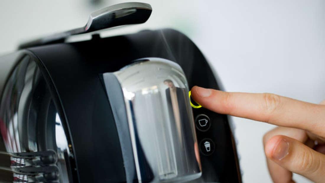 Entkalken Sie Ihre Kaffeemaschine regelmäßig - mit diesen Hausmitteln klappt´s.