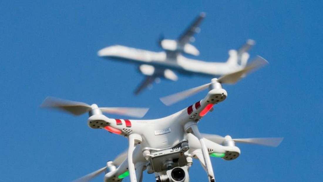 Die Deutsche Flugsicherung (DFS) warnt vor Behinderungen durch Drohnen im Luftverkehr und hilft Nutzern mit einer App, die Verbotszonen zu beachten. Foto: Julian Stratenschulte/dpa