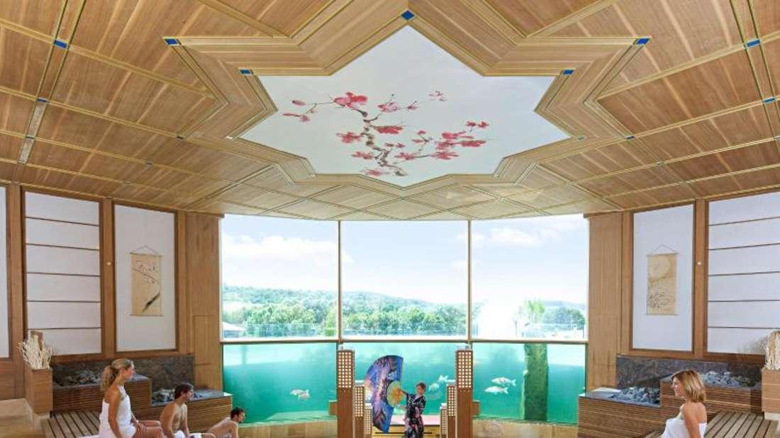 Ausblick auf Fische: Die Thermen- und Badewelt Sinsheim hat eine Koi-Sauna im japanischenStil. Foto: THERMEN & BADEWELT SINSHEIM/dpa-tmn