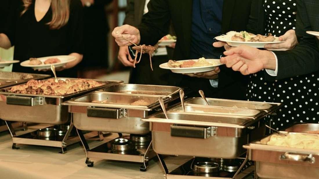 Der Buffet-Drängler: Wenn es in Hotels Buffets gibt, wird dort das Essen sicher nicht knapp werden, denn schließlich soll jeder satt werden - und das weiß das Hotelpersonal auch. Kein Grund also zu drängeln - auch das nervt.
