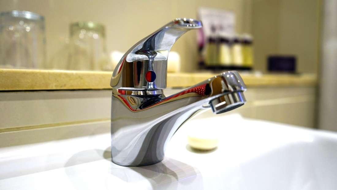 Mit Butterbrotpapier erzielen Sie im Bad glänzende Ergebnisse.