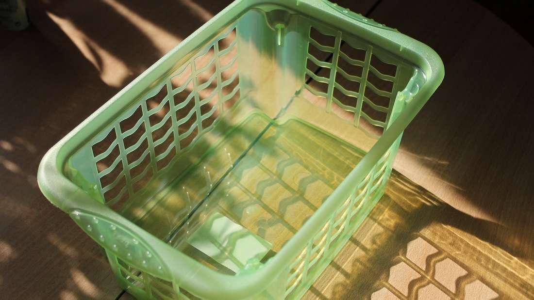 Ein einzeln herumstehender Wäschekorb nimmt schnell Platz weg und schaut selten schön aus. Statten Sie alternativ ein paar Schubladen in der Kommode mit Plastikkörben aus, in die Sie die Wäsche legen können.