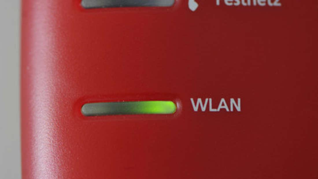Der WLAN-Router ist wohl eines der hässlichsten Objekte im Haus. Mit etwas Fantasie lässt er sich aber gut verbergen. Nehmen Sie einfach ein altes Buch, das Sie nicht mehr brauchen und schneiden Sie die Seiten heraus. Danach legen Sie den Router hinein und platzieren ihn dort, wo er nicht stört.