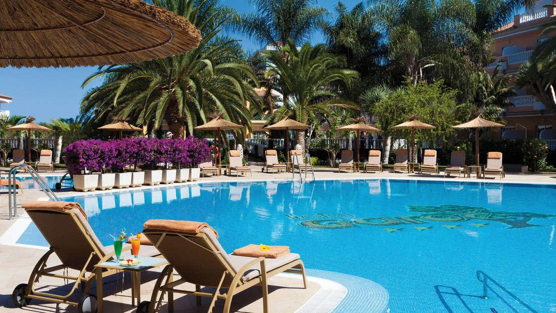 """Im Norden Teneriffas begrüßt das Gold-Award-Hotel Riu Garoe seine Gäste mit einem Ausblick über die Küste von Puerto de la Cruz. """"Die Lage ist ideal, wenn man nicht nur am Pool oder am Strand liegen will, sondern die landschaftlich reizvollste Insel der Kanaren kennen lernen möchte"""", loben Urlauber."""