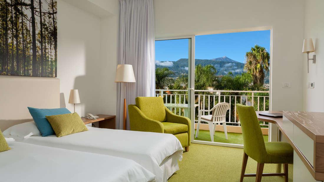 """Gelobt werden Tradition und Herzlichkeit. Ganz besonders zu empfehlen ist der Aussichtpunkt """"Mirador La Palma"""" im hoteleigenen Garten mit Blick auf die Nachbarinsel La Palma."""