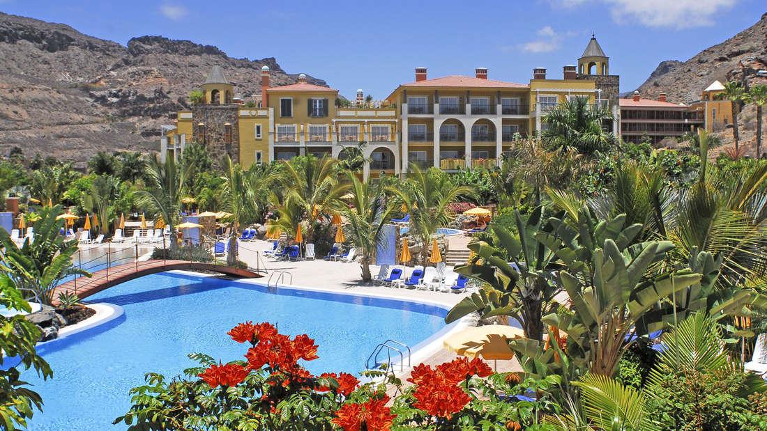 Das Vier-Sterne-Hotel Cordial Mogán Playa ist im Stil eines kanarischen Dorfes aufgebaut und überzeugt Urlauber mit ausgefallener Architektur und Tradition.